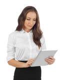 Mujer joven que mira la tableta Fotografía de archivo libre de regalías