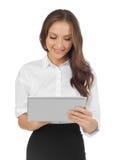 Mujer joven que mira la tableta Fotografía de archivo