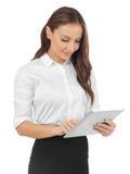 Mujer joven que mira la tableta Imágenes de archivo libres de regalías