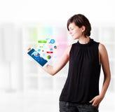 Mujer joven que mira la tableta moderna con la tecnología colorida i Foto de archivo libre de regalías