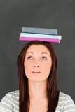 Mujer joven que mira los libros Imagenes de archivo