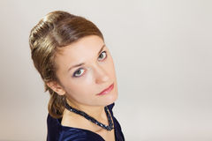 Mujer joven que mira para arriba fotografía de archivo