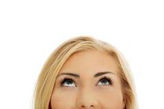 Mujer joven que mira para arriba Fotografía de archivo libre de regalías