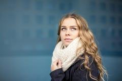 Mujer joven que mira para arriba al aire libre el retrato Colores suaves Foto de archivo