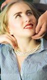 Mujer joven que mira para arriba con la expresión cariñosa su partne masculino Imágenes de archivo libres de regalías