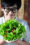 Mujer joven que mira su comida sana Fotografía de archivo libre de regalías