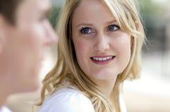 Mujer joven que mira a su marido futuro Fotos de archivo libres de regalías