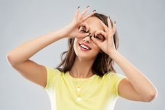 Mujer joven que mira a trav?s de los vidrios de finger fotos de archivo libres de regalías