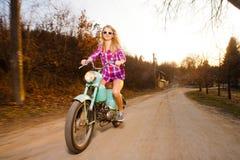 Mujer joven que monta una bici de la vendimia de la forma de vida Foto de archivo libre de regalías