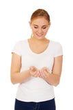 Mujer joven que muestra algo en la palma abierta Fotos de archivo libres de regalías