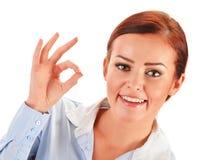 Mujer joven que muestra el gesto aceptable aislado en blanco Fotografía de archivo libre de regalías
