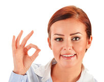 Mujer joven que muestra el gesto aceptable aislado en blanco Foto de archivo