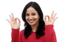 Mujer joven que muestra gesto aceptable Fotografía de archivo
