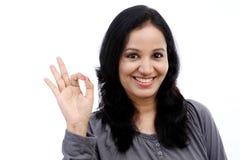 Mujer joven que muestra gesto aceptable Foto de archivo