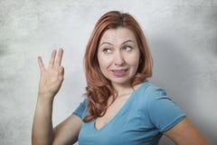 Mujer joven que muestra la muestra ACEPTABLE Foto de archivo libre de regalías