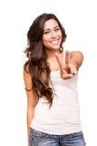 Mujer joven que muestra la muestra de la paz o de la victoria Imagen de archivo libre de regalías