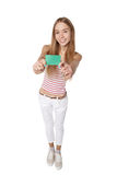Mujer joven que muestra la tarjeta del crédito en blanco Sonrisa feliz multi-ethni Foto de archivo