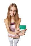 Mujer joven que muestra la tarjeta del crédito en blanco Sonrisa feliz multi-ethni Fotos de archivo libres de regalías