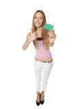 Mujer joven que muestra la tarjeta del crédito en blanco Sonrisa feliz multi-ethni Imágenes de archivo libres de regalías