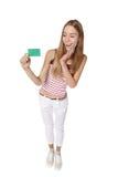 Mujer joven que muestra la tarjeta del crédito en blanco Sonrisa feliz multi-ethni Foto de archivo libre de regalías