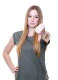 Mujer joven que muestra los pulgares abajo Foto de archivo libre de regalías