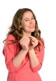 Mujer joven que muestra su anillo de compromiso en un blanco Imágenes de archivo libres de regalías