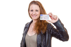 Mujer joven que muestra su licencia de conductor Fotografía de archivo