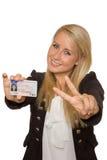 Mujer joven que muestra su licencia de conductor Imagen de archivo libre de regalías
