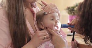 Mujer joven que muestra a su pequeño niño asustado al pediatra almacen de metraje de vídeo