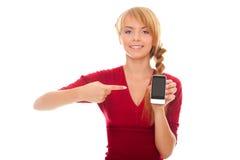 Mujer joven que muestra un dedo en el smartphone Fotos de archivo libres de regalías
