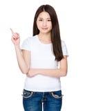 Mujer joven que muestra un finger para arriba Imágenes de archivo libres de regalías