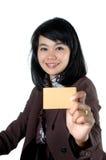 Mujer joven que muestra un nombre de tarjeta en blanco Fotos de archivo libres de regalías