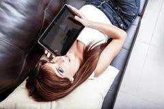Mujer joven que muestra un Tablet PC Imagenes de archivo