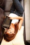 Mujer joven que muestra una PC de la tablilla Imagen de archivo libre de regalías