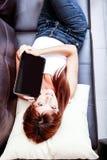 Mujer joven que muestra una PC de la tablilla Fotografía de archivo libre de regalías