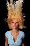 Mujer joven que mueve de un tirón el pelo Fotos de archivo libres de regalías