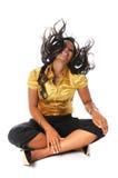 Mujer joven que mueve de un tirón el pelo Imagenes de archivo