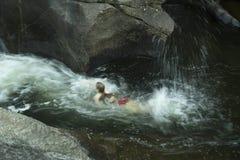 Mujer joven que nada contra la corriente, contra corriente, Sugar River, nuevo Imagen de archivo
