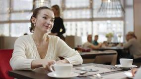 Mujer joven que paga almuerzo en un café con una tarjeta de crédito almacen de video