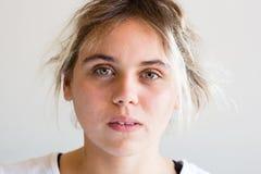 Mujer joven que parece ansiosa Imagen de archivo