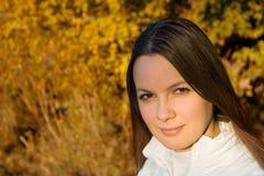 Mujer joven que parece derecha Imagen de archivo libre de regalías