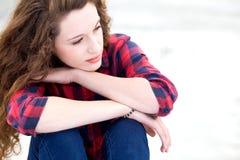 Mujer joven que parece pensativa Imagen de archivo libre de regalías