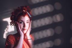 Mujer joven que parece preocupada Fotos de archivo