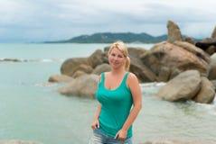 Mujer joven que permanece el mar cercano Imagen de archivo libre de regalías