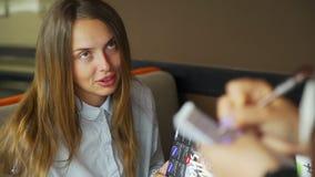 Mujer joven que pide para la comida a un camarero almacen de metraje de vídeo