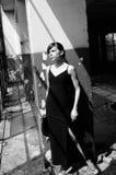 Mujer joven que piensa en el edificio devastado Imagen de archivo libre de regalías