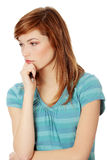 Mujer joven que piensa en un problema Fotografía de archivo libre de regalías