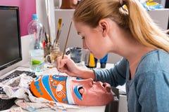 Mujer joven que pinta a Clay Mask Foto de archivo libre de regalías