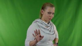 Mujer joven que pone su finger a sus labios para shh el gesto almacen de video