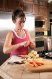 Mujer joven que prepara la sopa Foto de archivo libre de regalías
